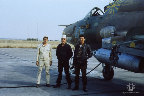 156th Fighter Bomber Air Regiment's pilots front of his Su-17M3 Fitter-H at Mary