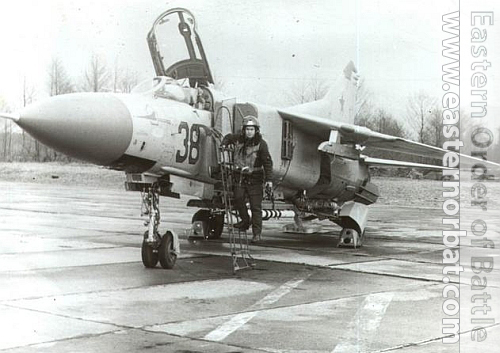 841th Fighter Air Regiment pilots in front of his grey MiG-23M Flogger-B at Meria . Therefore the 283th Fighter Division's two regiments were also upgraded with MiG-23M Flogger-B type between 1975 and 1978. The MiG-23M type was expected to rival the US Phantom.