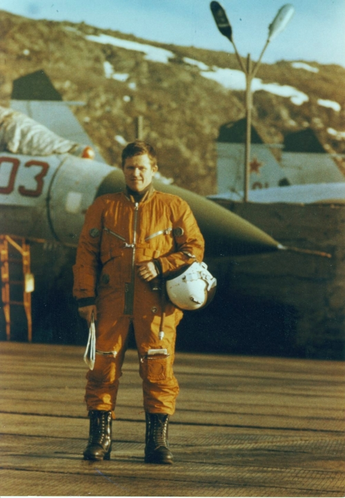 Soviet pilot of the 941st Fighter Air Regiment PVO in front of their early Su-27 'Flanker-B' interceptors at the Kilpajavr in 1989