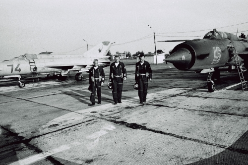 Hungarian pilots at Privolzhskiy, Astrakhan airport on the STRELBA-85 exercise in 1985