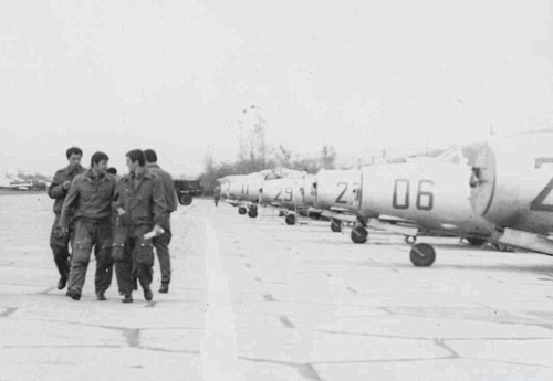 The Bulgarian Air Force's 21st Fighter Air Regiment's crews at Uzundzhovo front of his MiG-17F Fresco-C and MiG-17PF Fresco-D. Source: pan.bg Retrospotters